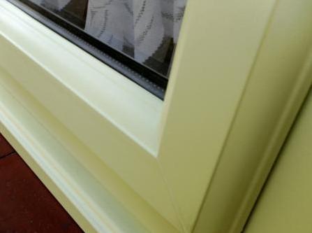 Почему желтеет пластиковое окно?