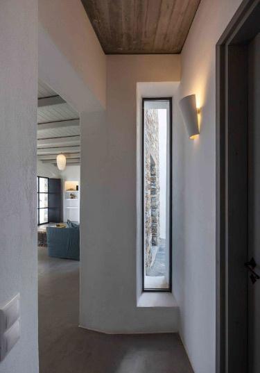 Окно нестандартной формы из алюминия в частном доме
