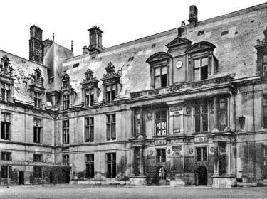 Замок во Франции с панорамными окнами